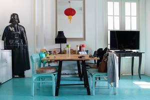 Kücheninnenraum mit Holztisch, Stühlen und einer lebensgroßen Darth Vader-Figur