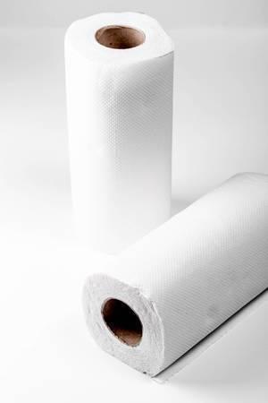 Küchenpapier-Rollen vor weißem Hintergrund