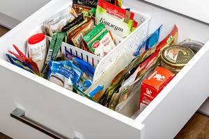 Küchenschublade mit strukturierter Organisation von Kräutern und Gewürzen