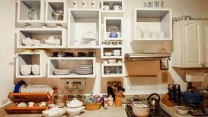 Küchenutensilien wie Geschirr und Töpfe in einem voll ausgestatteten Feriendomizil