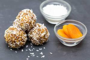 Kügelchen aus karamelisierten Haferflocken mit Kokos und getrockneten Aprikosen