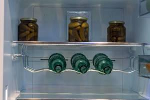 Kühlschrank mit speziellem Gitter für Getränkeflaschen