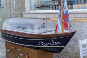 Kühlvitrine mit frischem Fisch in Form eines Schiffes im Oceanides Seafood Restaurant