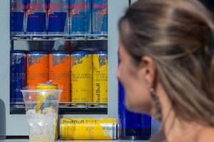 Kühlvitrine mit verschiedenen Getränken von Red Bull