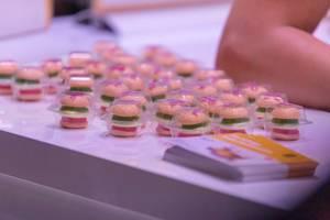 Kultig: Mini Trolli-Burger aus Schaumzucker und Fruchtgummi in Plastikverpackungen