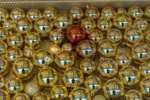 Kunstvolle verzierte, goldene Weihnachtskugeln mit Spiegeleffekt