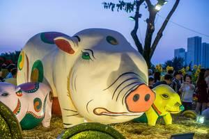 Kunstwert drei Schweine mit wütendem Gesichtsausdruck in Flower Street, Ho Chi Minh City