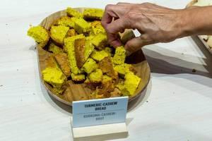 Kurkuma-Cashew-Brot zum Probieren auf einem Holzbrettchen