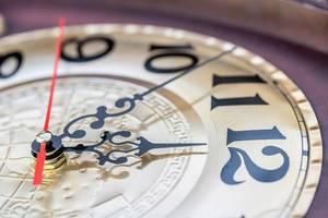 Kurz vor 12  - Die Zeiger einer klassischen Uhr zeigen die Zeit an