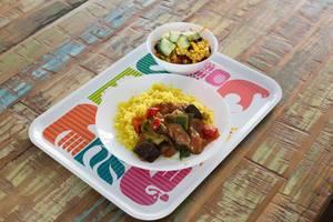 Kuskus mit Fleisch, Melanzani und Paprika und ein Salat mit Gurke, Bohne und Mais
