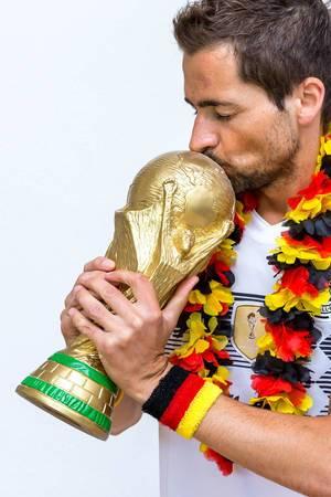 Kuss auf dem WM-Pokal
