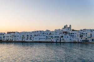 Küste der malerische Hafenstadt Naoussa am Mittelmeer, auf der Kykladeninsel Paros, Griechenland