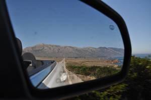 Küste und Berge im Cabrio Rückspiegel