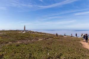 Küstenlandschaft mit Touristen am Cabo da Roca
