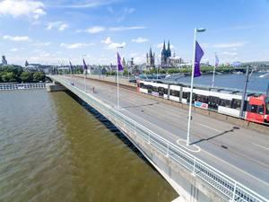 KVB-Straßehnbahn auf der Deutzer Brücke