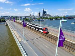KVB-Straßehnbahn mit Kölner Dom