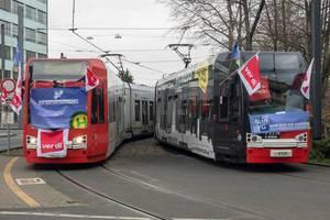 KVB Straßenbahnen mit Verdi-Fahnen und Postern. Streik