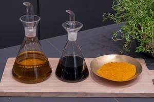 Laborkolben mit Flüssigkeiten und gelbes Pulver