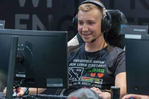 Lächelnder Gamer mit lustigem T-Shirt auf der Gamescom 2018