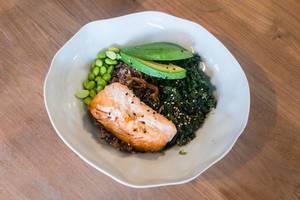 Lachs (aus nachhaltigem Fischfang), Vollkornwildreis, Sesam-Spinat, Avocado, Edamame, hausgemachte Teriyaki-Sauce