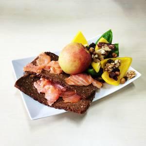 Lachsbrote, Äpfel, Nüsse und Paptrika