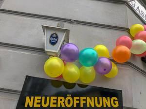 Laden feiert Neueröffnung mit Luftballonkette und Gaffel Kölsch Bier
