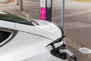 Ladestecker Phoenix Contact wird beim Aufladen des Elektroautos Tesla verwendet