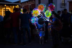 Lady selling illuminated balloons  Flip 2019