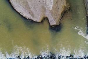 Land und Wasser: Arges Fluss in Rumänien, Luftaufnahme mit Drohne