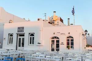 Landestypische Cocktailbar Salty, mit Veranda, in Naoussa auf den Kykladen in Griechenland