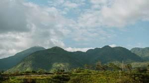 Landschaftsaufnahme von Bergen und Natur in Don Salvador, Negros, Philippinen