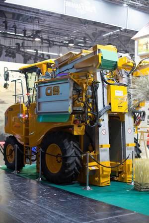 Landwirtschafts-Maschine am Messestand von Pure Farming 2018