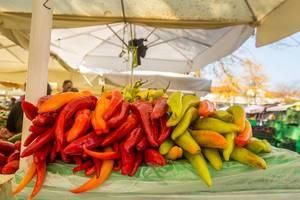 Lange Paprikaschoten auf dem Markt in Ljubjlana