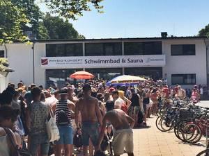 Lange Schlangen vor Stadionbad (Freibad) in Köln