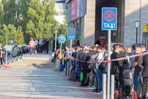 Lange Taxischlange bei Messe Berlin
