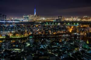 Langzeitbelichtung bei Nacht von Ho Chi Minh City  mit Landmark 81 in blauen Lichtern