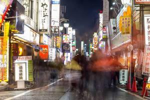 Langzeitbelichtung: Menschen in Einkaufsstraße in Tokio
