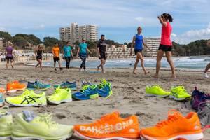 Läufer beim Training auf dem Strand, ASICS Laufschuhe im Vordergrund
