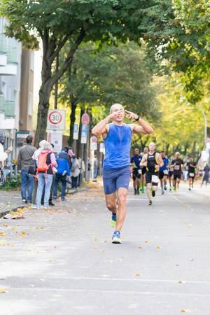 Läufer macht ein Zeichen - Köln Marathon 2017