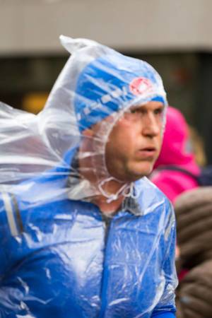 Läufer mit Regencape - Frankfurt Marathon 2017