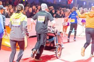Läufer schiebt einen Kinderwagen - Frankfurt Marathon 2017