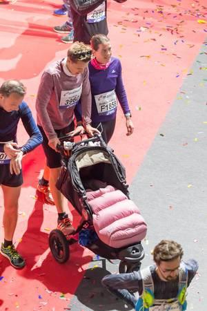 Läufer und Läuferin schieben einen Kinderwagen - Frankfurt Marathon 2017