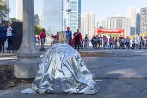 Läuferin hält sich warm unter einer Wärmedecke