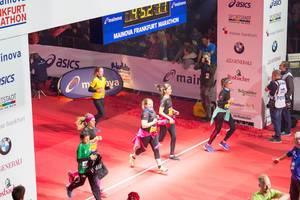 Läuferinnen überqueren die Ziellinie - Frankfurt Marathon 2017