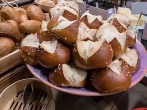 Laugenbrötchen auf einem Teller stehen zum Servieren bereit an einem Buffet