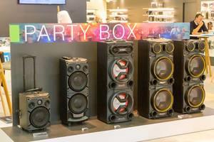 Lautsprecher / Party Box Musikboxen mit Mikrofon in verschiedenen Größen und Farben