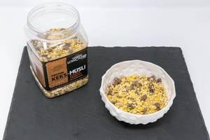 Layenberger Low Carb Protein Keks-Müsli in der Variation Schoko Crunchy mit Produkt auf Schieferplatte