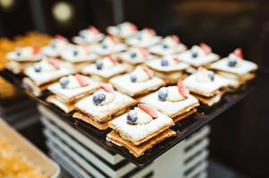Layered Cream Cakes With Berries (Flip 2019)