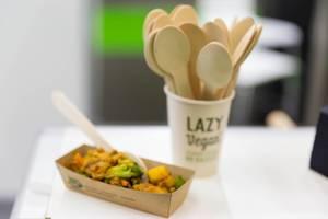 Lazy Vegan Kostprobe und ein Becher mit Holzlöffeln