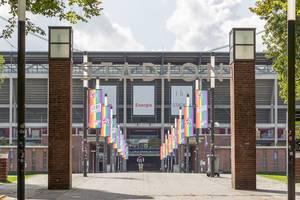 Lebe wie du bist: 1. FC Köln und die Kölner Haie feiern Diversity-Tag mit Regenbogenflaggen vor dem Rhein-Energie-Stadion